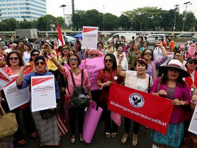 Massa dari Perempuan Peduli Indonesia menggelar aksi mendukung pengesahan Perppu Ormas di depan Gedung DPR RI, Jakarta, Kamis (27/7). Dalam aksinya, para ibu itu mendesak pemerintah untuk merealisasikan Perppu No 2 Tahun 2017. (Liputan6.com/Johan Tallo)