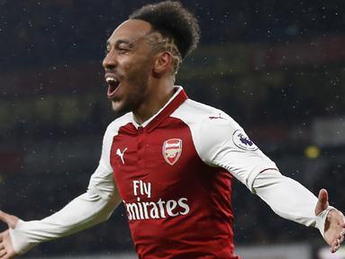 Pemain anyar Arsenal, Pierre-Emerick Aubameyang merayakan gol ke gawang Everton pada laga Premier League di Emirates Stadium, London, (3/2/2018). Arsenal menang 5-1. (AFP/IKIMAGES/Ian Kington)
