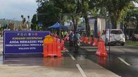 Pos penyekatan di Madyopuro, Kota Malang. Setelah masa PSBB di Malang Raya berakhir, pemerintah daerah setempat bersiap menyusun peraturan masa transisi sebelum new normal atau tatanan baru (Liputan6.com/Zainul Arifin)