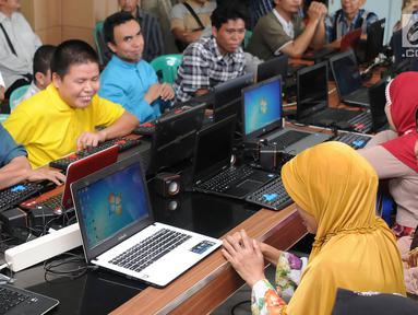 Suasana saat para penyandang tunanetra belajar mengoperasikan komputer di Makfufin Raudlatul, Serpong, Tangerang Selatan, Banten (3/5). Komputer yang digunakan dilengkapi software bicara bahasa Indonesia. (Merdeka.com/Arie Basuki)