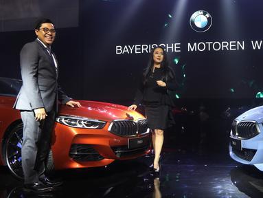 Vice President of Corporate Communications BMW Group Indonesia Jodie O'tania (kanan) bersama Vice President of Sales BMW Indonesia Bayu Riyanto berpose saat peluncuran all new BMW Seri 8 Coupe di Jakarta, Jumat (17/5/2019). BMW Seri 8 Coupe resmi mengaspal di Indonesia. (Liputan6.com/HO/Dani)