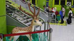 Penumpang melintas di sekitar dekorasi bertema Natal dan Tahun Baru di Stasiun Gambir, Jakarta, Jumat (21/12). Dekorasi dibuat untuk memercantik suasana Stasiun Gambir dalam rangka menyambut Hari Natal dan Tahun Baru 2019. (Liputan6.com/Immanuel Antonius)