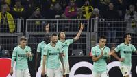 Gelandang Inter Milan, Matias Vecino (tengah) berselebrasi usai mencetak gol ke gawang Borussia Dortmund pada pertandingan lanjutan Grup F Liga Champions di Signal Iduna Park, Jerman (5/11/2019). Dortmund menang tipis 3-2 atas Inter Milan. (AP Photo/Martin Meissner)