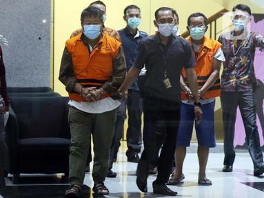 Petugas KPK membawa sejumlah orang yang diamankan dalam operasi tangkap tangan (OTT) Bupati Banggai Laut Wenny Bukamo di gedung KPK, Jakarta, Jumat (4/12/2020). KPK melakukan OTT di Kabupaten Banggai Laut dan Kabupaten Luwuk, Sulawesi Tengah pada Kamis (3/12), (Liputan6.com/Helmi Fithriansyah)