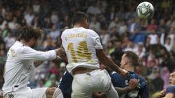 Gelandang Real Madrid, Casemiro, menyundul bola saat melawan Levante pada laga La Liga Spanyol di Stadion Santiago Bernabeu, Madrid, Sabtu (14/9). Madrid menang 3-2 atas Levante. (AFP/Curto De La Torre)