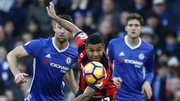 Striker Bournemouth, Joshua King, berusaha lepas dari hadangan kapten Chelsea, Gery Cahill. Meski menang penguasaan bola dari Chelsea hanya 44 persen, kalah dari Bournemoth yang mencapai 56 persen. (Reuters/Peter Nicholls)