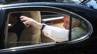 Paus Fransiskus melambaikan tangan saat tiba di Kedutaan Besar Takhta Suci Vatikan di Bangkok, Thailand, Rabu (20/11/2019). Paus mengunjungi Thailand untuk meningkatkan moral minoritas Katolik dan berbicara tentang perdagangan manusia serta perdamaian. (AP Photo/Manish Swarup)
