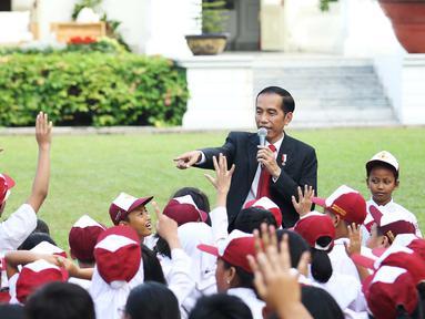 Presiden Joko Widodo saat mendongeng didepan puluhan pelajar di halaman tengah Istana, Jakarta, Rabu (17/5). Jokowi mendongeng untuk anak-anak dengan cerita 'Lutung Kasarung'. (Liputan6.com/Angga Yuniar)