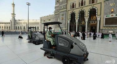 Proses pembersihan area masjid di kota Mekkah, Arab Saudi.
