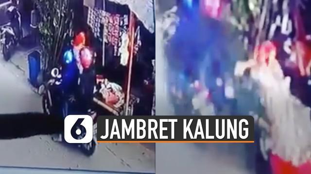 Beredar video aksi jambret mengambil kalung emas milik ibu-ibu di daerah Makassar.