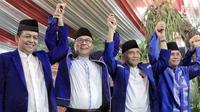 Ketua Umum Partai Amanat Nasional (PAN), Zulkifli Hasan (kedua kiri), Ketua Dewan Kehormatan PAN Amien Rais, Politisi PAN Hatta Rajasa dan SoetrisnoBachir saat acara buka puasa bersama di Widya Chandra, Jakarta, Sabtu (9/6). (Liputan6.com/Faizal Fanani)