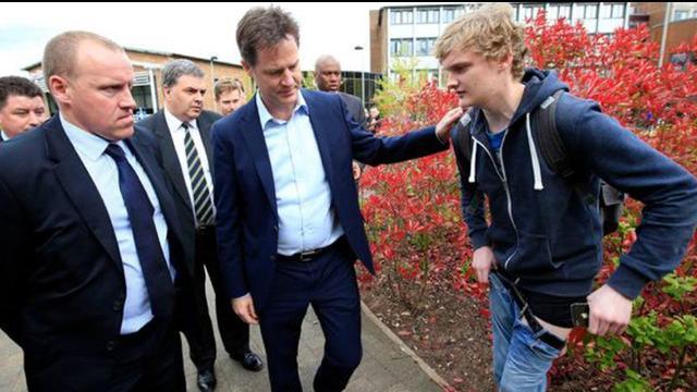 Remaja ini harus menahan malu, lantaran celananya melorot di depan Wakil Perdana Menteri Inggris.