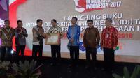 Gubernur DKI Jakarta Anies Baswedan menerima penghargaan Indeks Demokrasi Indonesia (IDI) dari Menkopolhukam Wiranto.