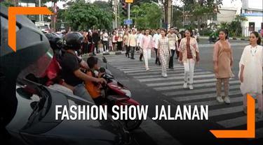 Para pengendata motor mendapatkan takjil dari sebuah hotel di Surabaya. Mereka juga bisa sambil melihat fashion show yang lenggak-lenggok di zebra cross.