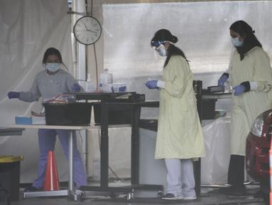 Sejumlah petugas kesehatan bekerja di pusat pengujian COVID-19 di Vancouver, British Columbia, Kanada (24/9/2020). PM Kanada Justin Trudeau pada Rabu (23/9) malam waktu setempat mengatakan bahwa gelombang kedua epidemi COVID-19 sudah mulai melanda negara itu. (Xinhua/Liang Sen)