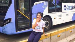 Shania Gracia JKT48 bahkan tidak merasa jaim saat berfoto di trotoar dekat dengan bus TransJakarta. Apalagi gaya fotonya yang candid membuat perempuan berusia 20 tahun ini semakin terlihat lucu dan menggemaskan. (Liputan6.com/IG/@jkt48gracia)