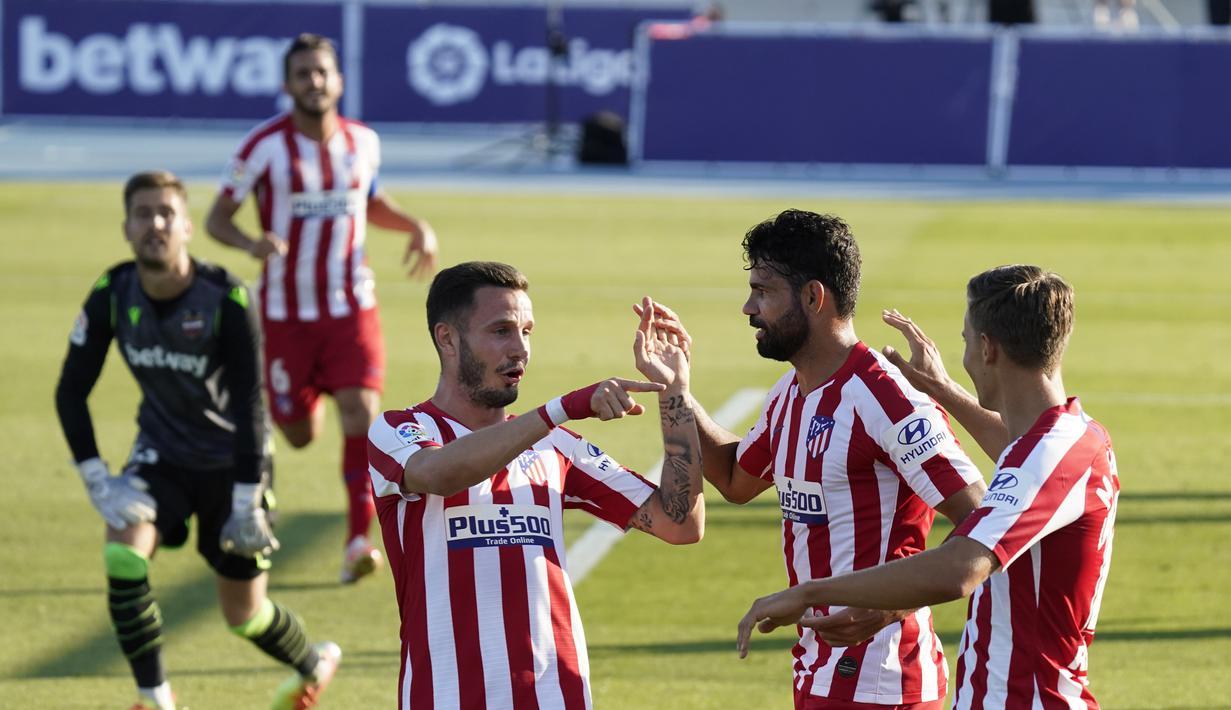 Para pemain Atletico Madrid merayakan gol ke gawang Levante pada laga La Liga di Stadion Camilo Cano, Selasa (23/6/2020). Atletico Madrid menang 1-0 atas Levante. (AFP/Jose Jordan)