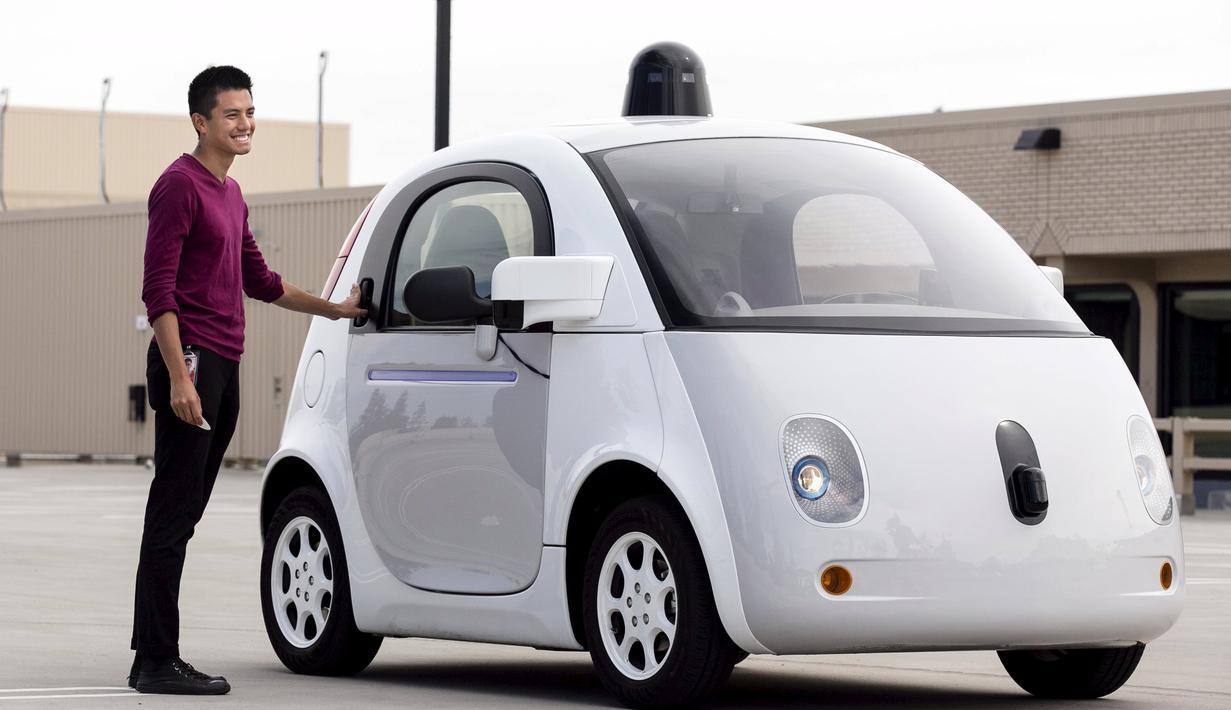 Operator kendaraan Google Reko Ong berdiri di samping sebuah prototipe kendaraan self-driving Google sendiri selama preview media kendaraan otonom Google saat ini di Mountain View, California, AS (29/9/2015). (REUTERS/Elia Nouvelageuvelage)