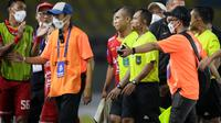 Wasit Oki Dwi Putra mendapatkan protes keras dari Persija Jakarta setelah menganulir gol Marko Simic ke gawang Arema FC dalam BRI Liga 1 di Stadion Manahan, Solo, Minggu (17/10/2021). (Bola.com/Bagaskara Lazuardi).