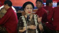 Ketua Umum PDIP Megawati Soekarnoputri memberikan sambutan pada pagelaran wayang kulit dalam rangka HUT PDIP ke-45 di Tugu Proklamasi, Jakarta, Sabtu Malam (27/1). Pagelaran wayang menampilkan lakon 'Bima Jumeneng Guru Bangsa'. (Liputan6.com/Johan Tallo)