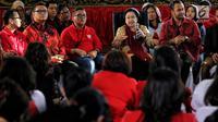 Ketum PDIP, Megawati Soekarnoputri saat berdialog dengan elemen muda di DPP PDIP, Jakarta, Senin (7/1). Acara tersebut dalam rangka memperingati HUT ke-46 PDI Perjuangan. (Liputan6.com/Johan Tallo)