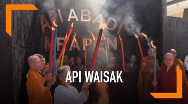 Sejumlah umat Budha berkumpul di wisata api abadi Mrapen, untuk melakukan ritual pengambilan api, dalam rangkaian perayaan hari waisak.