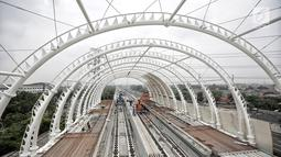 Suasana proyek pembangunan Light Rail Transit (LRT) Jabodebek di Stasiun LRT TMII, Jakarta, Senin (14/1). Progres pembangunan Stasiun LRT TMII ditargetkan selesai pada akhir April 2019. (Liputan6.com/Faizal Fanani)