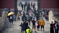 Para pengunjung mengenakan masker saat mengunjungi Kota Terlarang, Beijing, China, Jumat (1/5/2020). Kota Terlarang kembali dibuka setelah ditutup lebih dari tiga bulan karena pandemi virus corona COVID-19. (AP Photo/Mark Schiefelbein)