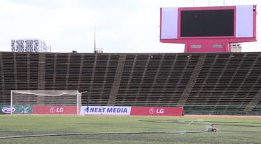 Suasana tampak dalam dari Stadion National Olympic di Phnom Penh, Rabu (20/2). Stadion ini menjadi salah satu venue yang menggelar laga Piala AFF U-22 2019. (Bola.com/Zulfirdaus Harahap)