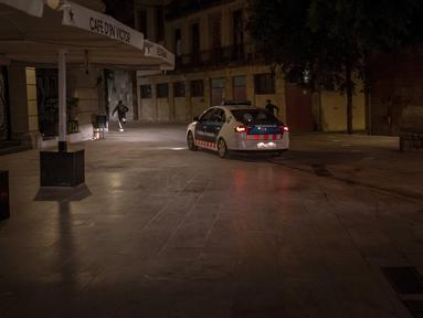 Orang-orang melarikan diri dari polisi yang mengejar mereka setelah jam malam di Barcelona pada 1 November 2020. Pemerintah Spanyol menetapkan pembatasan gerak atau jam malam yang berlaku pukul 22.00 pada 25 Oktober lalu untuk mengendalikan lonjakan kasus Covid-19. (AP Photo/Emilio Morenatti)