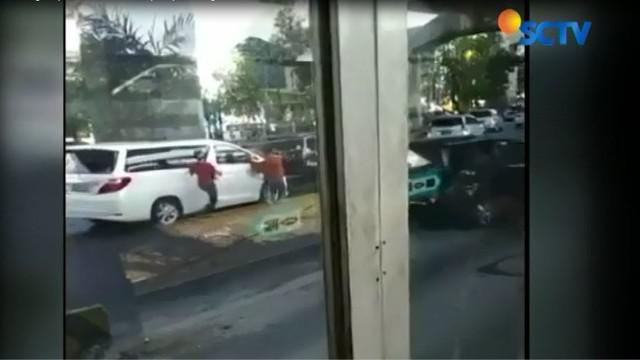 Sebuah rekaman video amatir berhasil merekam aksi komplotan pencongkel kaca spion mobil mewah.