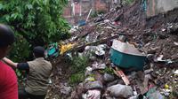 Longsor disusul banjir terjadi di Sungai Cikakak, Kelurahan Sukabungah, Kecamatan Sukajadi, Kota Bandung. Sebanyak 197 rumah terdampak banjir. (Humas Kota Bandung)