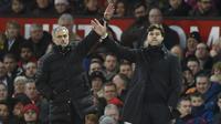 Aksi Pelatih Manchester United, Jose Mourinho dan Pelatih Tottenham Hotspur, Mauricio Pochettino (kanan) memberikan arahan kepada anak asuhnya pada lanjutan Premier League di Old Trafford, Manchester, (11/12/2016). (AFP/Oli Scarff)