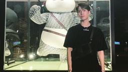 Saat menghadiri sebuah acara yang diselanggarakan oleh bran pakaian ternama, ia juga terlihat mengenakan kaus polos berwarna hitam. Penampilannya dipadukan dengan sebuah sling bag berwarna senada. (Liputan6.com/IG/@jacksonwang852g7)