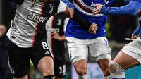 Gelandang  Juventus, Aaron Ramsey (kiri) membawa bola dari kawalan pemain Sampdoria, Mehdi Leris dan Nicola Murru pada pertandingan lanjutan Liga Serie A Italia di stadion Luigi-Ferraris di Genoa (18/12/2019). Juventus menang tipis 2-1 atas Sampdoria. (AFP/Marco Bertorello)