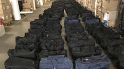 Ratusan tas berisi kokain ditunjukkan di Hamburg, Jerman (2/8/2019). Bea Cukai Hamburg mengatakan obat-obatan terlarang itu ditemukan dua minggu lalu di sebuah peti kemas yang menuju Belanda dari Uruguay selama pencarian di kota pelabuhan utara Hamburg. (Hamburg Customs Investigation Office/AFP)