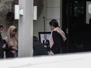 Kerabat saat berada di rumah duka almarhum Ashraf Sinclair di kawasan Pejaten Barat IV, Jakarta, Selasa (18/2/2020). Suami Bunga Citra Lestari, Ashraf Sinclair, meninggal dunia di usia 40 tahun diduga akibat serangan jantung pada Selasa 18 Februari 2020 pukul 3.40 pagi. (Liputan6.com/Faizal Fanani)
