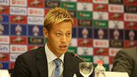 Federasi Sepak Bola Kamboja (FFC) memperkenalkan Keisuke Honda sebagai pelatih kepala dan GM Timnas Kamboja (12/8/2018). (Bola.com/Dok. FFC)