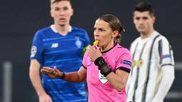 Wanita tersebut adalah Stephanie Frappart. Dia adalah wasit yang memimpin pertandingan Juventus lawan Dynamo Kiev di Stadion Allianz. (Photo by Vincenzo PINTO / AFP)