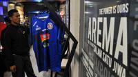 Jersey baru Arema FC sudah dijual di official store. (Bola.com/Iwan Setiawan)