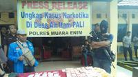 Anggota Polres Muara Enim mengamankan narkoba jenis sabu di rumah bandar narkoba di Kabupaten PALI Sumsel (dok.istimewa / Nefri Inge)