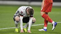 Ekspresi kecewa striker Jerman, Timo Werner usai gagal memanfaatkan peluang di depan gawang Makedonia Utara dalam laga lanjutan Kualifikasi Piala Dunia 2022 Zona Eropa Grup J di Duisburg, Jerman, Rabu (31/3/2021). Jerman kalah 1-2 dari Makedonia Utara. (AP/Martin Meissner)