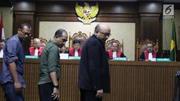 Penyidik KPK, Novel Baswedan (ketiga kiri) bersiap menjadi saksi pada sidang dugaan menghalangi proses penyidikan terhadap Eddy Sindoro dengan terdakwa, Lucas di Pengadilan Tipikor, Jakarta, Kamis (10/1). (Liputan6.com/Helmi Fithriansyah)