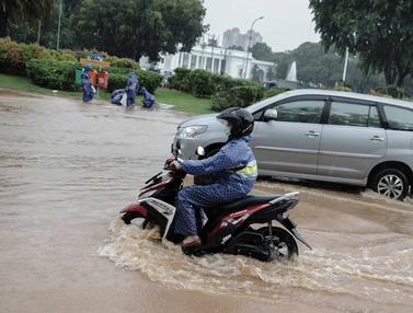Air Genangani Depan Istana Merdeka Usai Hujan Deras