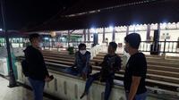 Personil Sat Resnarkoba Polres Serang Kota, ikut serta mengajak wisatawan di Masjid Agung Banten, Kota Serang, untuk memakai masker. (Dokumentasi Sat Resnarkoba Polres Serang Kota).