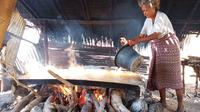 Foto : Anastasia Puker, petani garam tradisional di Sikka, NTT (Liputan6.com/Dion)