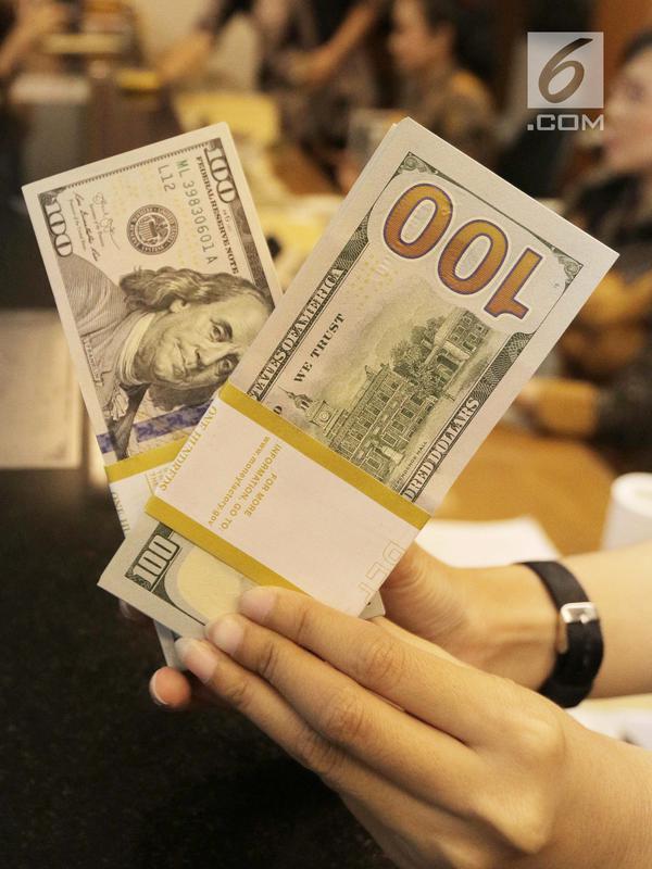 Teller menghitung mata uang dolar di penukaran uang di Jakarta, Jumat (20/4). Nilai tukar rupiah terhadap dolar Amerika Serikat (AS) mengalami pelemahan. (Liputan6.com/Angga Yuniar)#source%3Dgooglier%2Ecom#https%3A%2F%2Fgooglier%2Ecom%2Fpage%2F%2F10000