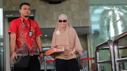 Meidiana Hutomo keluar gedung KPK usai dimintai keterangan oleh Penyidik KPK di Jakarta, Jumat (29/5/2015). Mediana Hutomo diperiksa sebagai saksi terkait kasus dugaan korupsi pengadaan alat kesehatan (alkes) di Kemenkes. (Liputan6.com/Helmi Afandi)