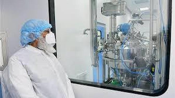 PM Narendra Modi meninjau lokasi pembuatan vaksin COVID-19 di India. (Dok: India Embassy)
