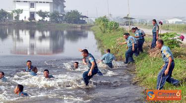 Citizen6, Sidoarjo: Selesai upacara, acara dilanjutkan acara tradisi penyiraman air kembang. Kemudian 45 personel yang telah naik pangkat tersebut menceburkan diri di sungai. (Pengirim: Budi Abdillah)